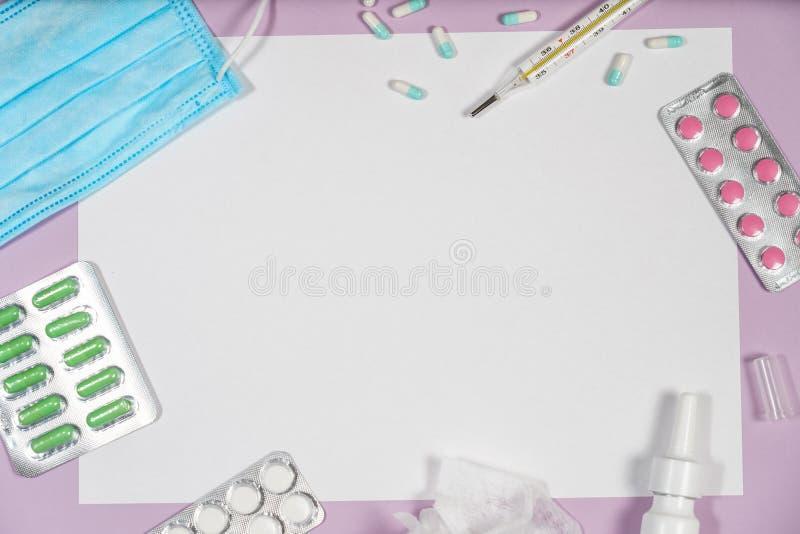 Diversas medicinas, un termómetro, esprayes de una nariz sofocante y imagen de archivo libre de regalías