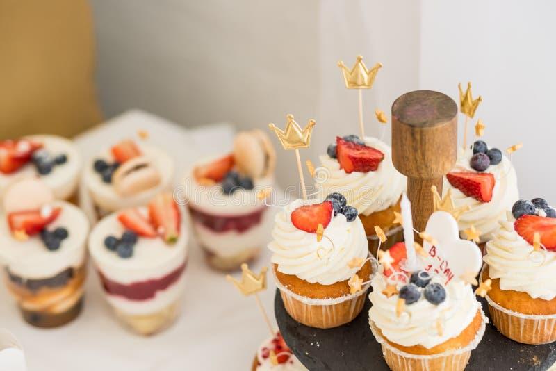 Diversas mini tortas Los dulces adornaron con las bayas frescas para el día de fiesta Torta sabrosa pequeñas tortas con las diver foto de archivo libre de regalías
