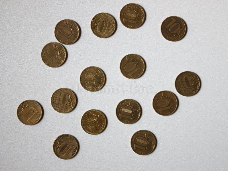 Diversas monedas en la tabla foto de archivo