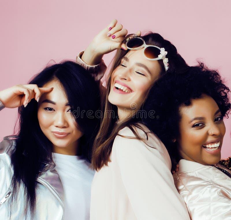 Diversas muchachas de la nación con diversuty en la piel, pelo Presentación emocional alegre asiática, escandinava, afroamericana fotografía de archivo