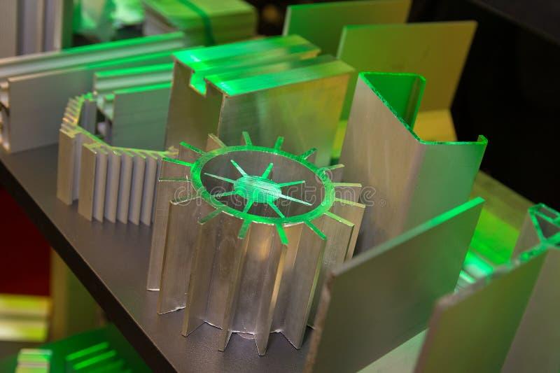 Diversas muestras de perfil de aluminio en el soporte fotografía de archivo libre de regalías
