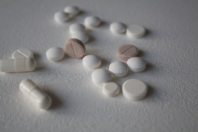 Diversas píldoras y cápsulas dispersadas fotografía de archivo libre de regalías