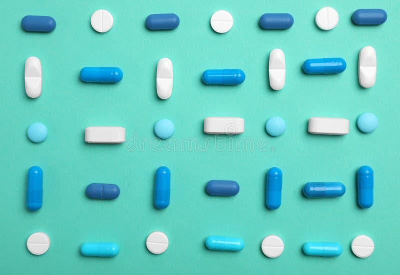 Diversas píldoras y cápsulas en fondo del color foto de archivo libre de regalías