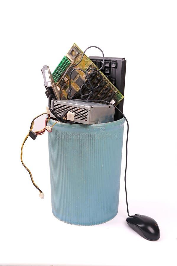 Diversas piezas del ordenador en bote de basura foto de archivo