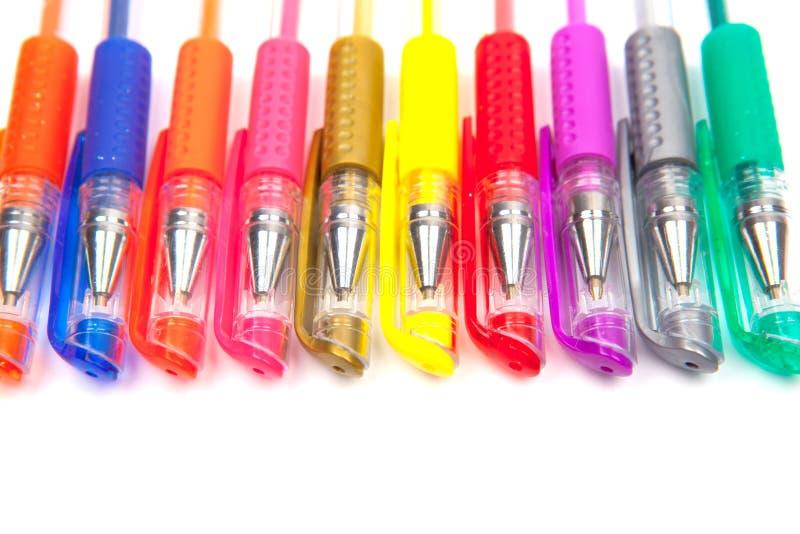 Diversas plumas y lápices aislados en el fondo blanco imagen de archivo