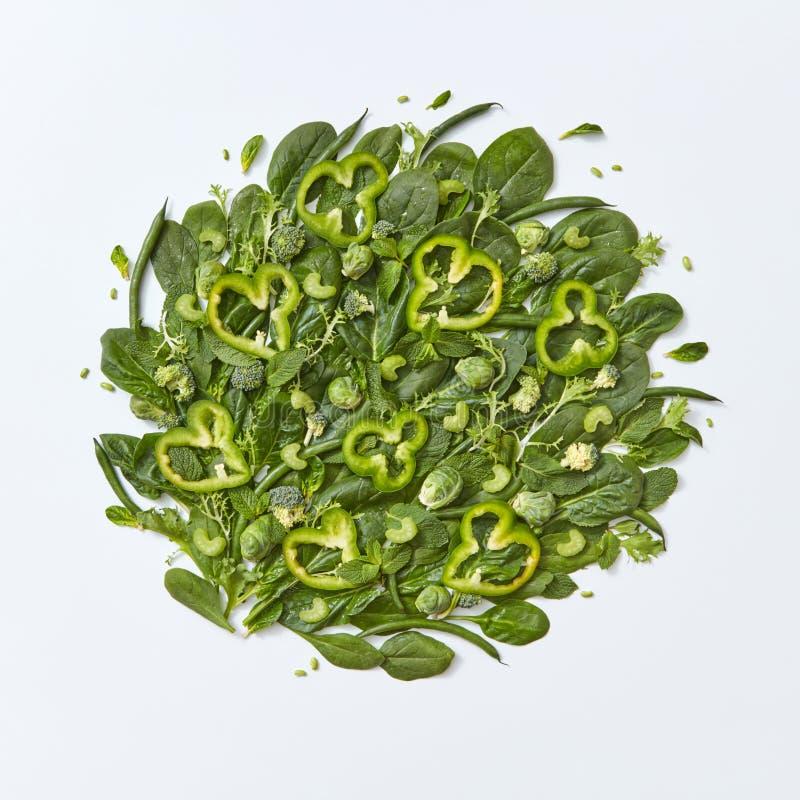 Diversas rebanadas verdes de las verduras bróculi, de la espinaca, de las coles de Bruselas, del espárrago, de las hojas de menta fotografía de archivo