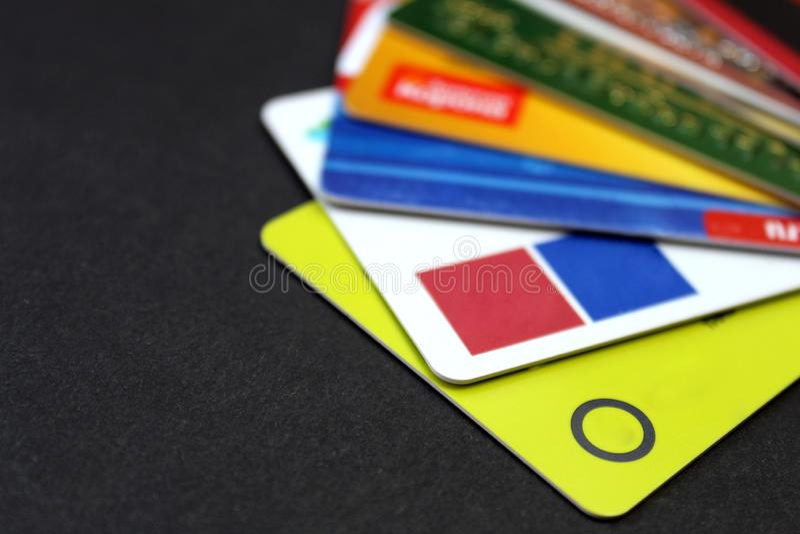 Diversas tarjetas plásticas para un cajero automático en un fondo negro fotos de archivo