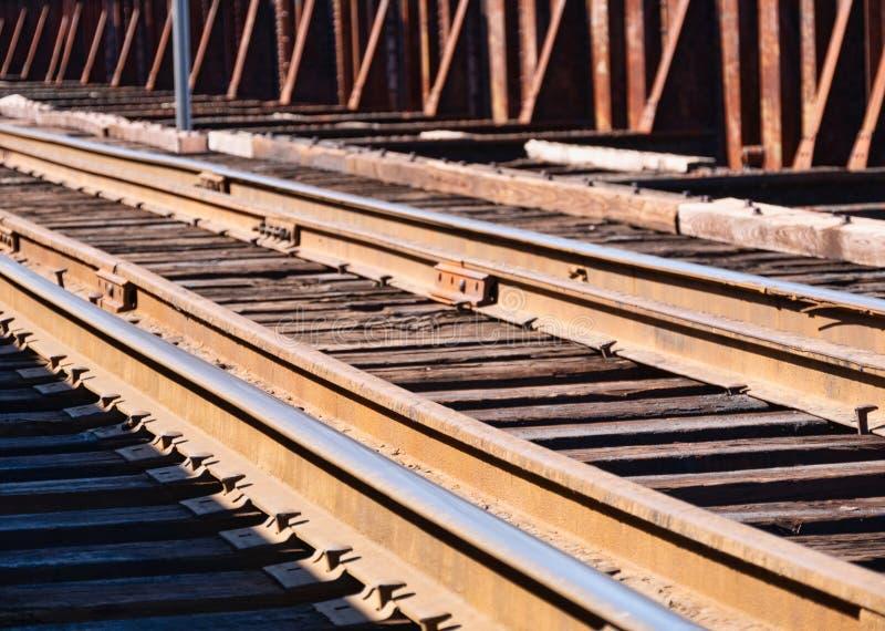 Diversas trilhas de estrada de ferro velhas na luz do amanhecer foto de stock