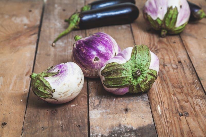 Diversas variedades maduras da beringela de bumbo encontram-se em placas fotos de stock royalty free