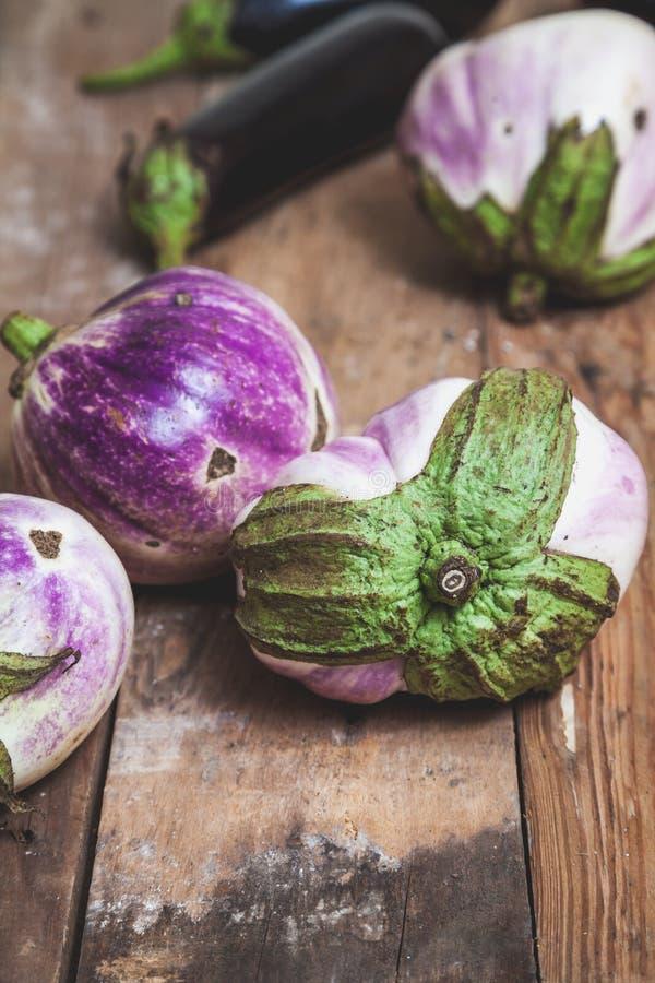 Diversas variedades maduras da beringela de bumbo encontram-se em placas foto de stock