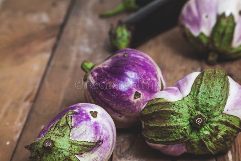 Diversas variedades maduras da beringela de bumbo encontram-se em placas imagem de stock