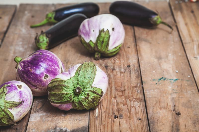 Diversas variedades maduras da beringela de bumbo encontram-se em placas fotografia de stock