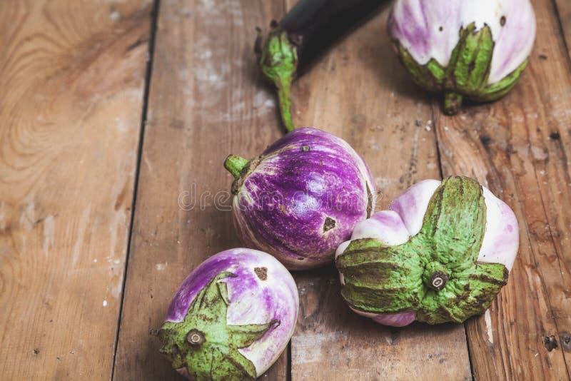 Diversas variedades maduras da beringela de bumbo encontram-se em placas imagens de stock royalty free