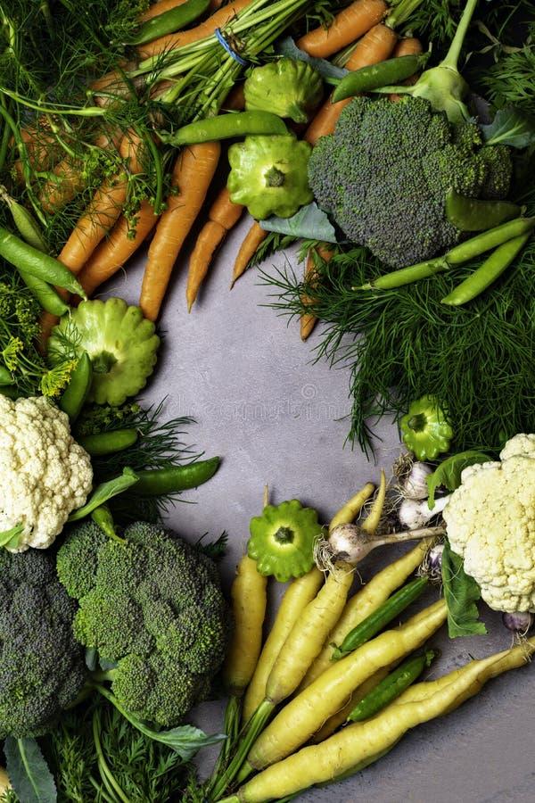 Diversas verduras coloridas mezcladas en la tabla, zanahoria, guisante verde, coliflor, bróculi, ajo, eneldo, perejil, patisson d imagenes de archivo