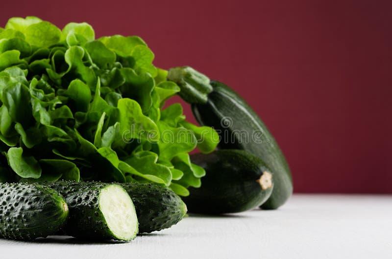 Diversas verduras de color verde oscuro en el fondo rico del marsala, primer fotografía de archivo libre de regalías