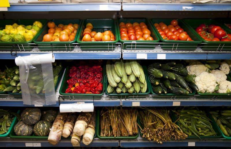 Diversas verduras en estantes en colmado foto de archivo libre de regalías