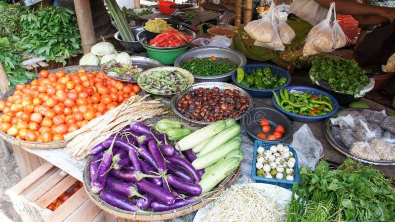 Diversas verduras en un mercado burmese local fotografía de archivo