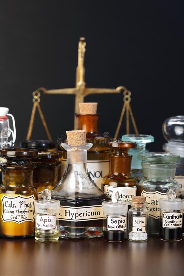 Diverse apotheekchemische producten van homeopathische geneeskunde royalty-vrije stock foto's
