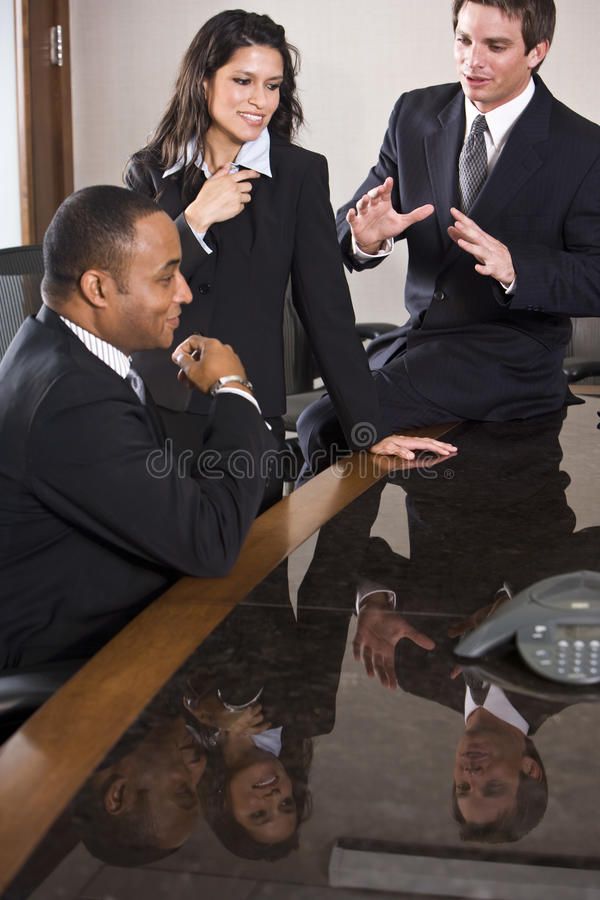 Diverse bedrijfsmensen in bestuurskamervergadering stock afbeelding