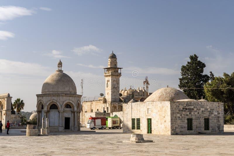 Diverse bijgebouwen, muren en minaretten in de steen bedekte binnenplaats die de Koepel van het Rots Islamitische Heiligdom omrin stock foto