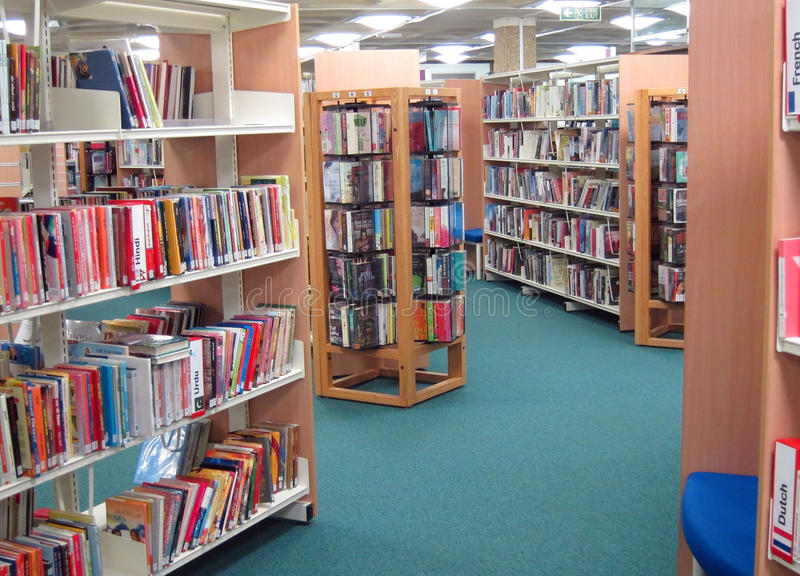 Boeken op een openbare bibliotheekplanken. stock afbeeldingen