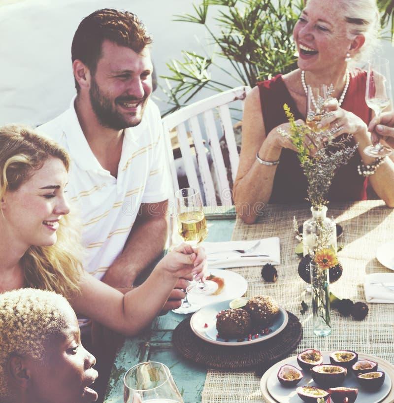 Diverse Buren die het Concept van de Partijwerf drinken royalty-vrije stock afbeelding