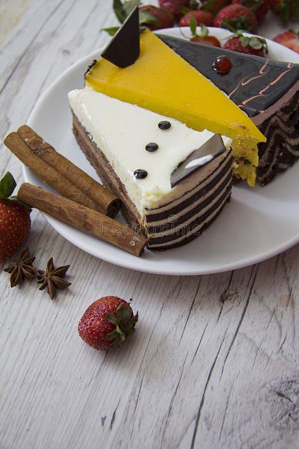 Diverse cakes met kaneel en aardbei royalty-vrije stock afbeelding