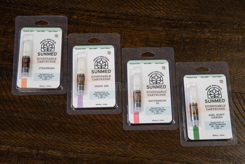 Diverse CBD-olie vape producten De populariteit van CBD-olie als geneesmiddel is omhooggeschoten stock foto