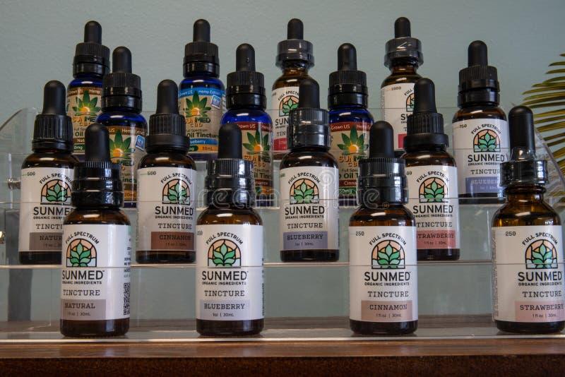 Diverse CBD-producten van de olietint De populariteit van CBD-olie als geneesmiddel is omhooggeschoten royalty-vrije stock foto