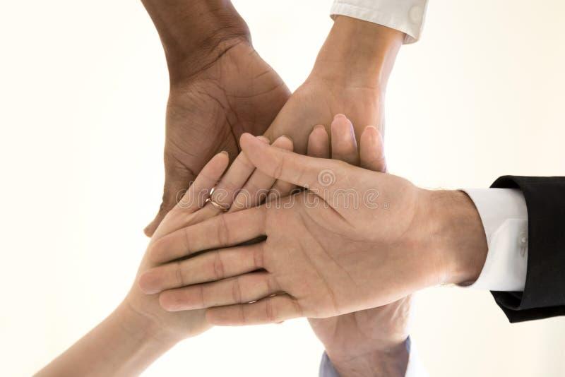 Diverse de stapelstapel van teamwerknemers van de mening van de handenbodem stock afbeelding