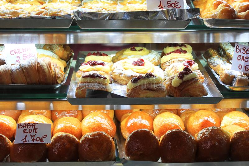 Diverse dessertsnoepjes en cakes in winkelvenster of in koffie royalty-vrije stock foto's