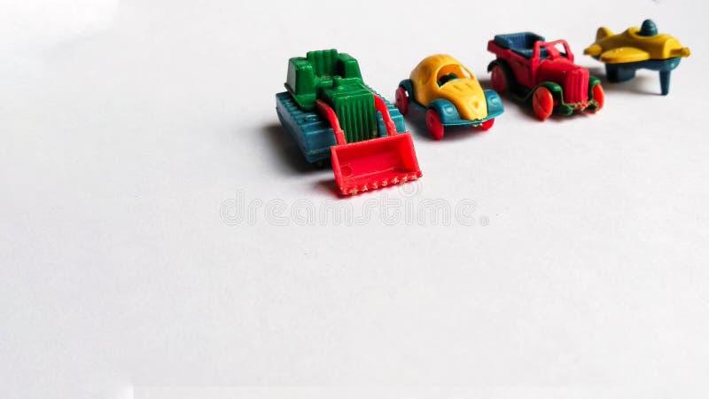Diverse die stuk speelgoed voertuiginzameling van jong geitje op witte achtergrond wordt ge?soleerd stock foto