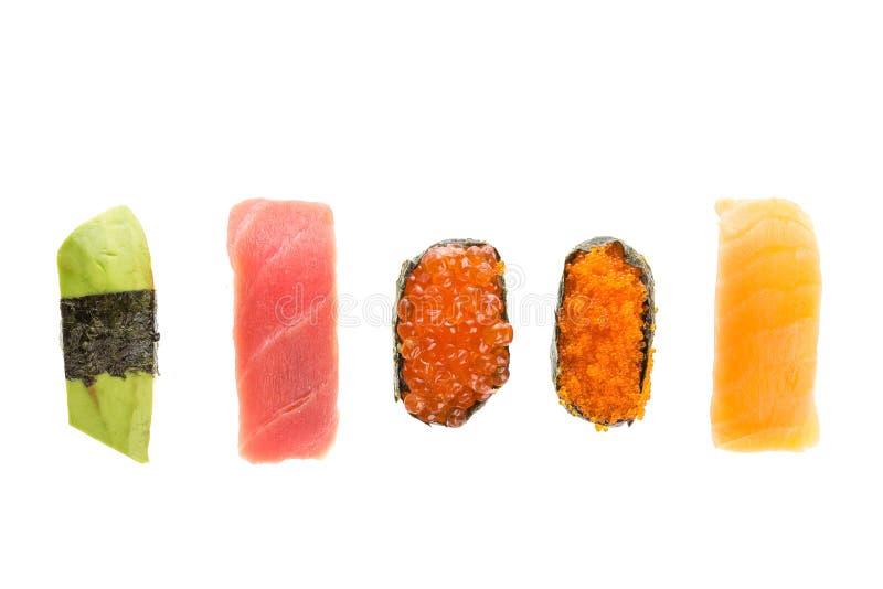 Diverse die sushibroodjes op witte achtergrond worden geïsoleerd Japanse keuken Hoogste mening royalty-vrije stock foto's