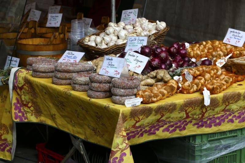 Diverse die voedingsmiddelen voor verkoop worden aangeboden royalty-vrije stock foto