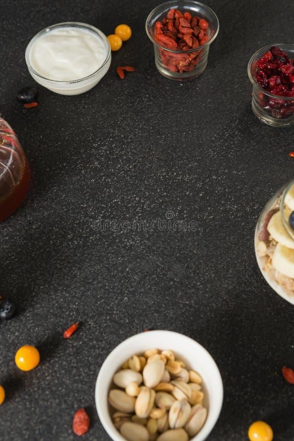 Diverse droge vruchten met kop yoghurtmuesli, banaan en bosbessen voor ontbijt royalty-vrije stock afbeeldingen