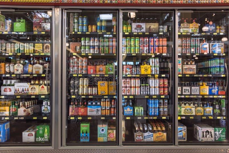 Diverse flessen van ambacht, microbrew, IPA, binnenlands en ingevoerd stock foto