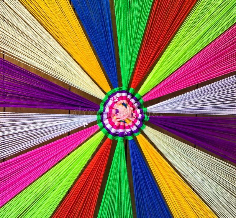 Diverse gekleurde draden op houten vloer voor decoratie royalty-vrije stock fotografie