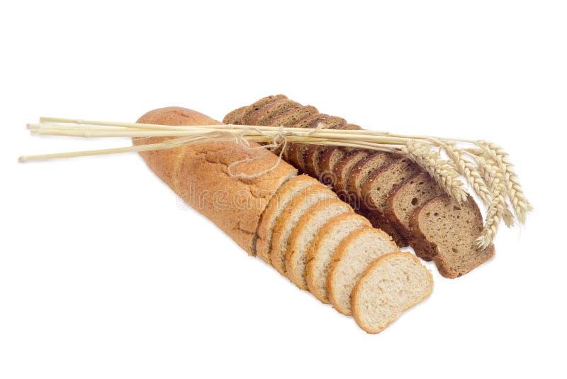 Diverse gesneden tarwe twee en bruine brood en tarwearen stock afbeelding