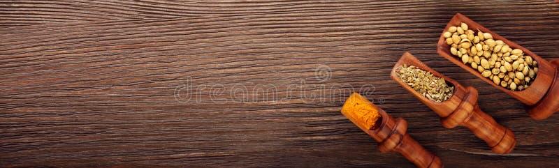 Diverse geurige Kruiden en Kruiden over houten achtergrond stock afbeelding