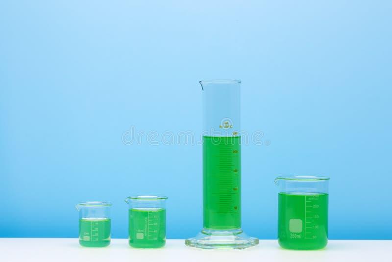 Diverse glasflessen met gekleurd liqiuds De reeks van het laboratoriumglaswerk stock afbeelding