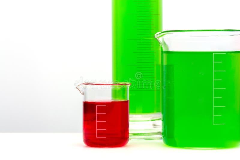Diverse glasflessen met gekleurd liqiuds Sluit omhoog royalty-vrije stock afbeeldingen