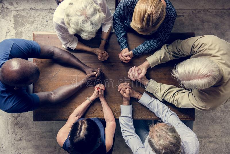 Diverse godsdienstige mensen die samen bidden royalty-vrije stock afbeeldingen