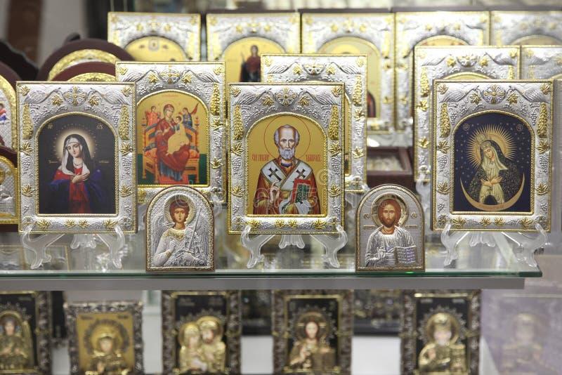 Diverse godsdienstige Orthodoxe pictogrammen in silver-plated en vergulde fra royalty-vrije stock foto's
