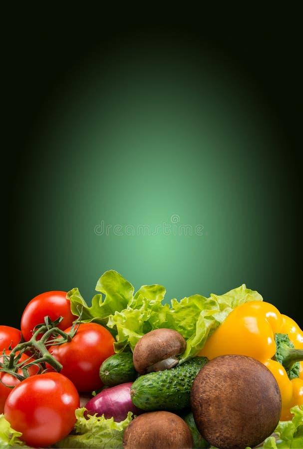 Diverse groenten, donkergroene achtergrond stock afbeelding