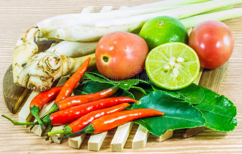 Diverse groenten en kruiden kokende ingrediënten Tom Yum Soup of de Kruidige Zure Soep Tom Yum Goong van de Riviergarnaal op hout royalty-vrije stock afbeeldingen
