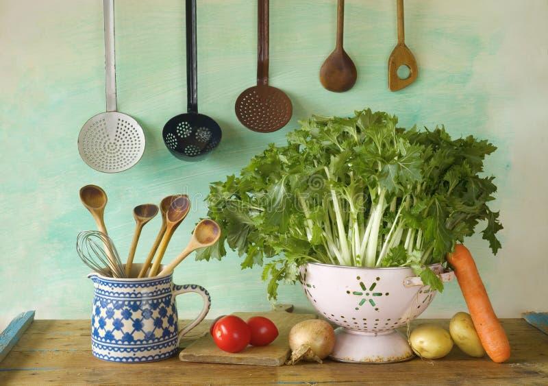 Diverse groenten plus keukenmateriaal royalty-vrije stock fotografie