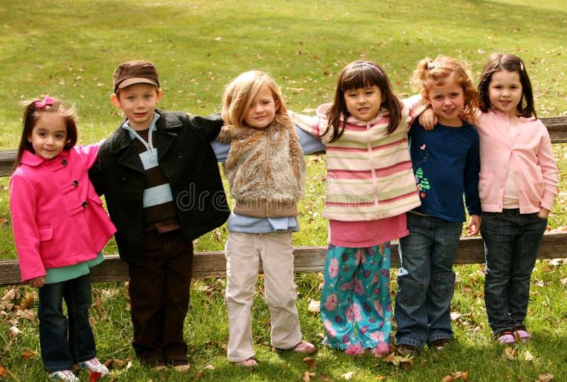 Diverse groep kleine jonge geitjes buiten royalty-vrije stock foto's
