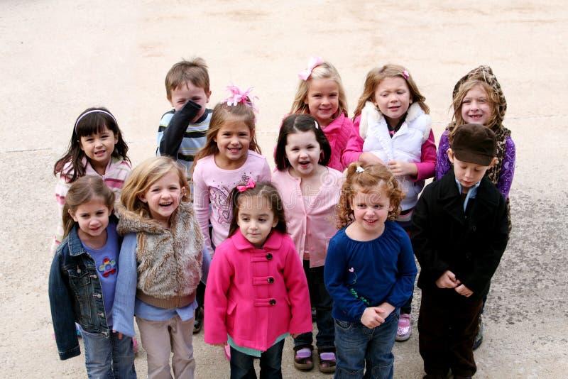Diverse groep kleine jonge geitjes buiten royalty-vrije stock foto