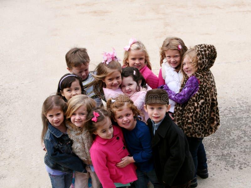 Diverse groep kleine jonge geitjes buiten royalty-vrije stock afbeelding