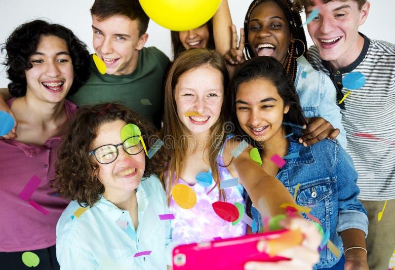 Diverse groep tienersspruit stock fotografie